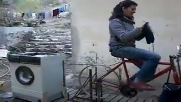 La increíble «bici-lavadora»