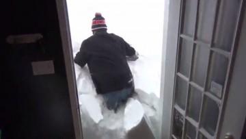 Salir de casa después de una nevada en Canadá