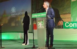 El alcalde, junto a la silueta de Susana Díaz