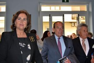 Carmen Tello, Curro Romero y Pansequito, a su entrada al teatro