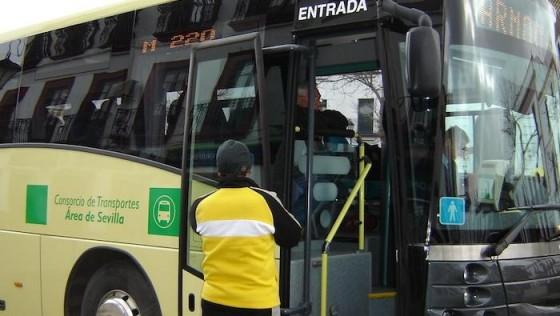 El Ayuntamiento de Carmona entrega bonobuses a sus estudiantes
