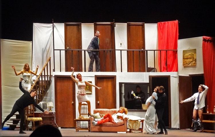Exitoso estreno de la obra «Atrapados en el acto», a cargo de la compañía utrerana Guate Teatro