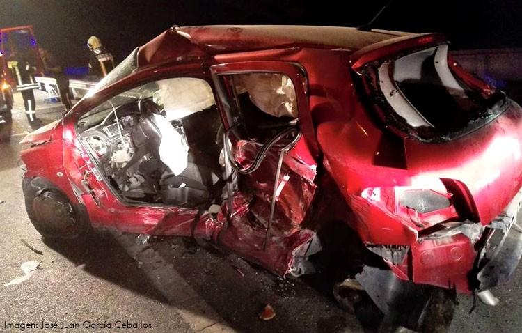 Dos fallecidas y un herido en un choque frontal entre dos vehículos
