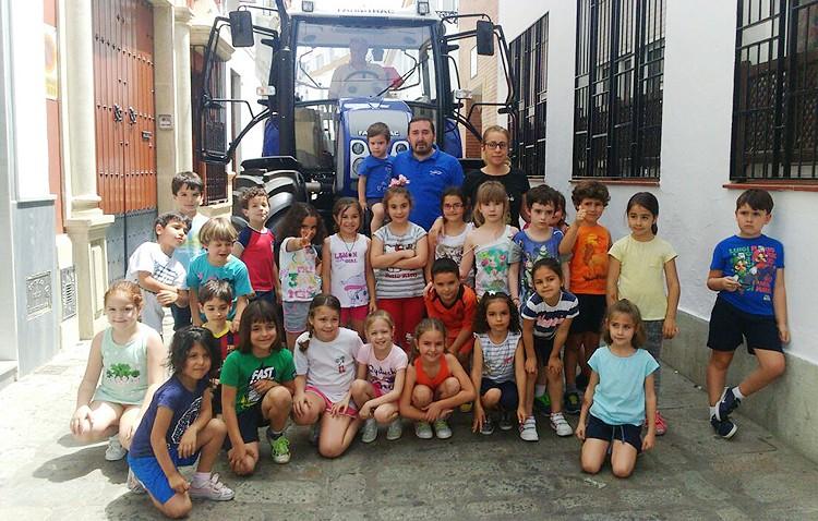 Clases en un tractor en el colegio Rodrigo Caro (IMÁGENES)