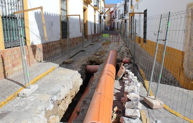 Una obra de urgencia por parte del Huesna mantiene cerrada al tráfico parte de la calle Menéndez Pelayo
