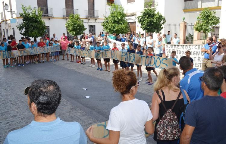 Sonora protesta contra el gobierno local por no instalar césped artificial en Vistalegre y «mandar a los niños a un campo de albero»