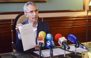 Francisco Jiménez muestra la sentencia sobre Produsa