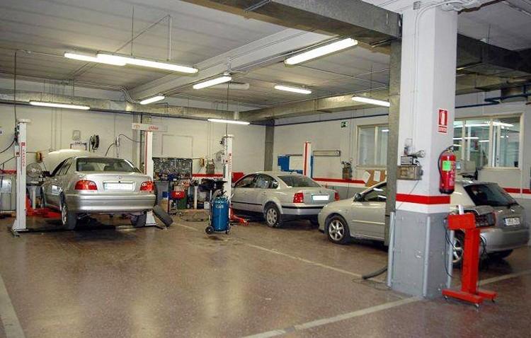 Denunciados dos talleres mecánicos en Utrera por incumplimiento de la normativa