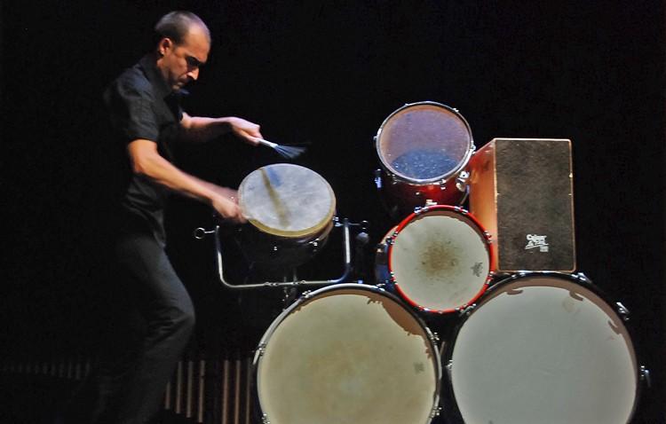 El percusionista Antonio Moreno entusiasmó con su impresionante espectáculo «Al golpe. Tambores, palmas y cajones»