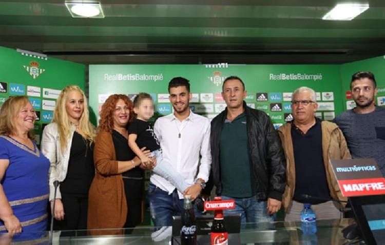 Ceballos, arropado por su familia en la presentación de su renovación (VÍDEO)