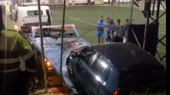 Futbolistas de Tomares sorprendidos al caer un coche en el terreno de juego
