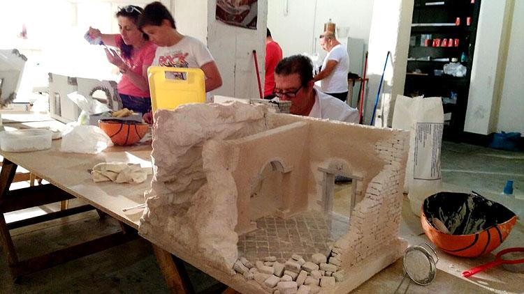 La asociación de belenistas de Utrera prepara el montaje de su primer belén