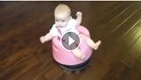 Increible invento que a la vez que entretiene al niño limpia el suelo