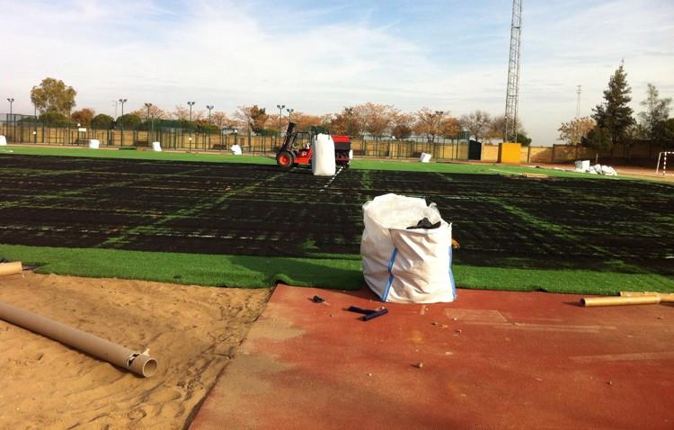 La instalación del césped artificial en el estadio de Vistalegre llega a su fin