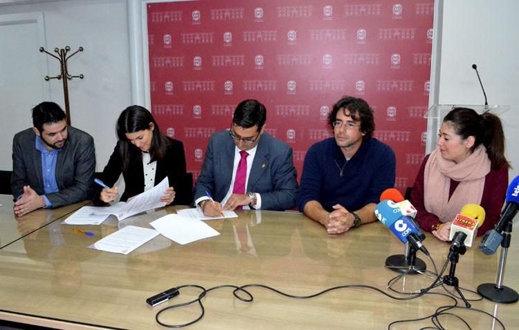 El instituto José María Infantes se encargará del mantenimiento de los jardines del castillo y del ayuntamiento