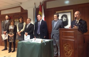 Manuel Peñalver, en el centro de la imagen, al recibir el homenaje