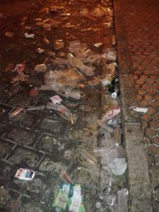 Basura en la calle La Plaza el Domingo de Ramos