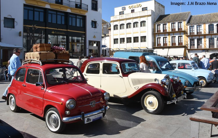 Los vehículos clásicos inundaron las calles de Utrera en una espectacular caravana multicolor (IMÁGENES)