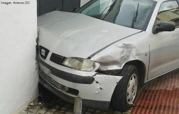 Un peligroso cruce en la barriada Olivareros deja un coche empotrado contra una vivienda
