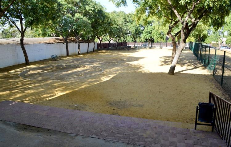 El PP de Sevilla reclama a la Diputación que arregle el patio del colegio La Fontanilla para acabar con las pulgas