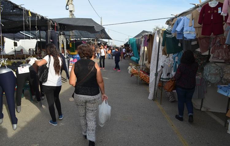 La Policía Local denuncia a tres personas por venta ilegal ambulante en el mercadillo