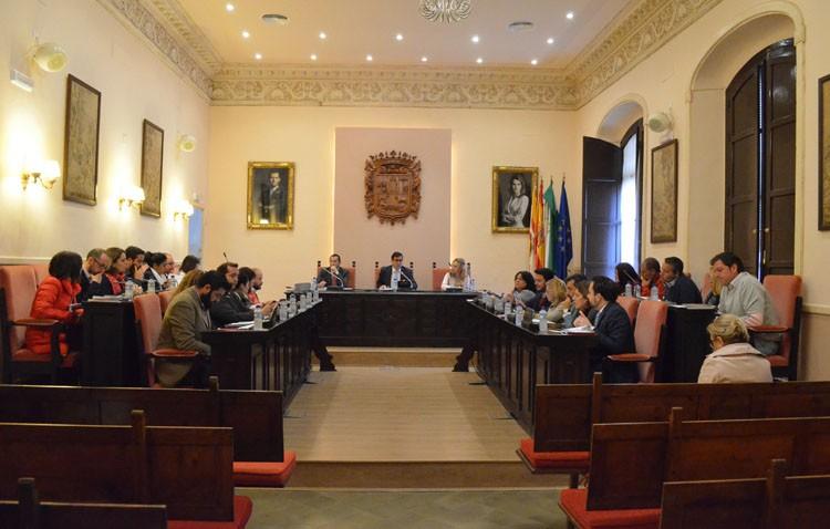 La aplicación del nuevo reglamento deja escenas surrealistas en el pleno municipal