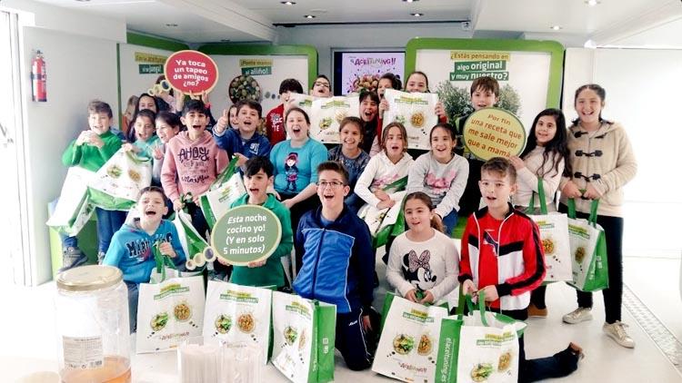 El «Aceituning Tour» llega a Utrera para acercar las bondades de las aceitunas a niños y mayores