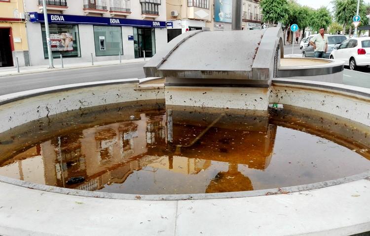 Sin fecha para el arreglo de la fuente del monumento de María Auxiliadora, que Villalobos achaca a un «error de diseño»