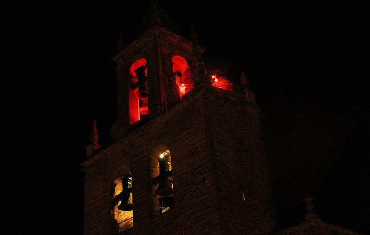 Noche de luminarias, ministriles, campanas y abrazo al apóstol en la parroquia de Santiago