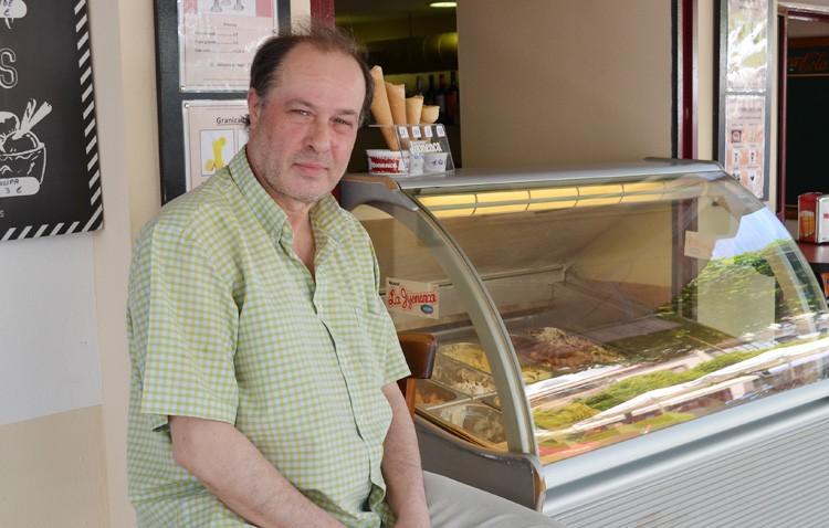 El utrerano Rogelio Cortés, el conocido heladero de La Valenciana y un gran coleccionista