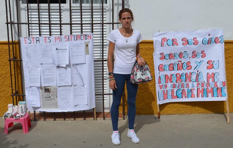 Sheyla Caballero deja su huelga de hambre por motivos de salud y critica que Villalobos «se ríe de mí en mi cara»
