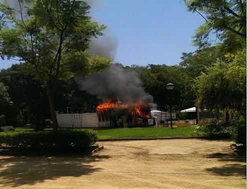 Arde la zona chill out del bar Malvaloca en el parque de Consolación