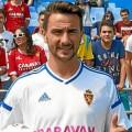 Juan Muñoz vistiendo la camiseta del Real Zaragoza en su presentación oficial