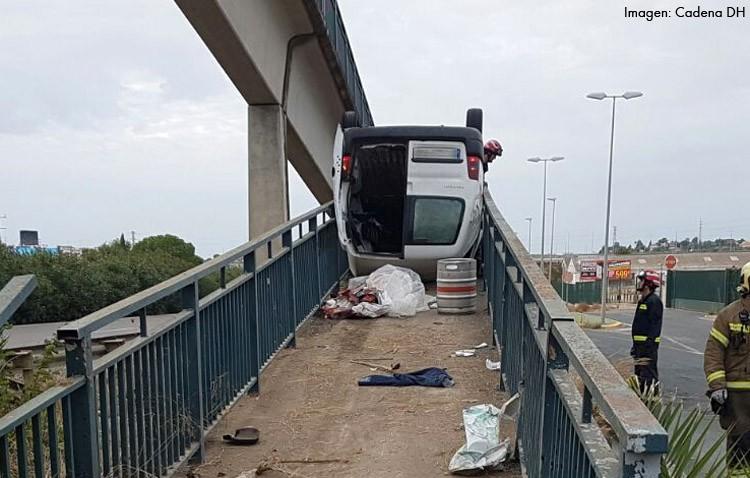 Espectacular accidente en la autovía de Sevilla, con dos heridos y una furgoneta encajonada en un paso a nivel peatonal