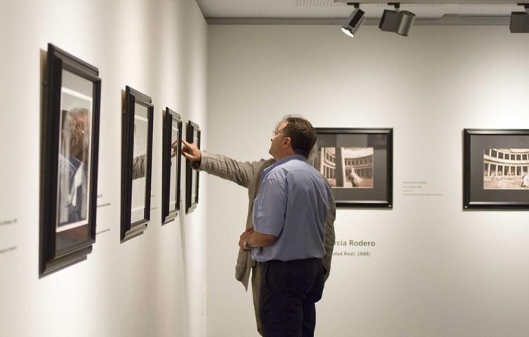 El utrerano Ignacio González, en una exposición fotográfica sobre la Alhambra
