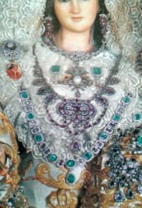 Uno de los collares de esmeraldas sustraídas