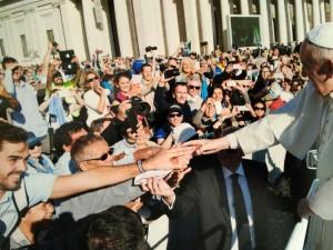 El utrerano, a la izquierda, saludando al Papa Francisco