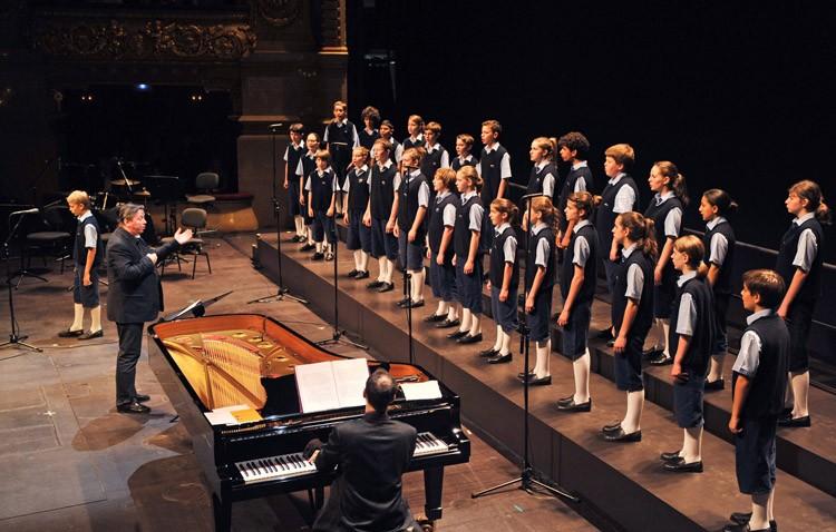 Tributo a las grandes bandas sonoras del cine con un recital de «Los Chicos del Coro» en el teatro