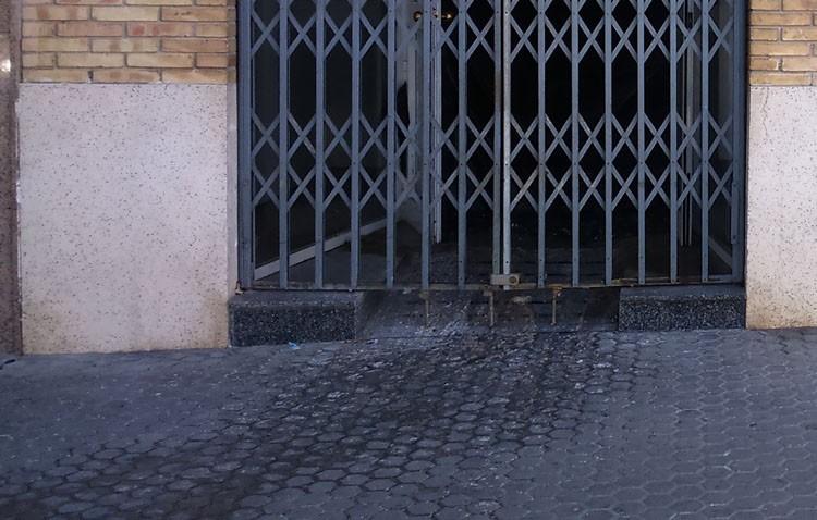 Aguas fecales en la acera de la calle La Corredera