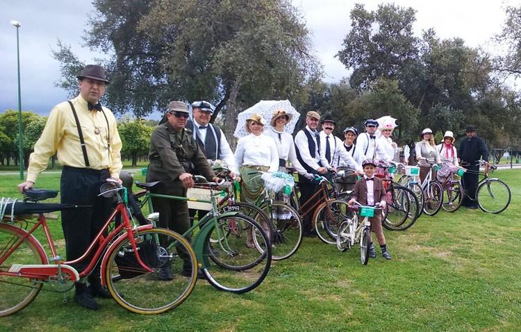 «La Sana», una asociación de Utrera que trabaja en recuperar bicicletas clásicas y participa en eventos vestidos de época