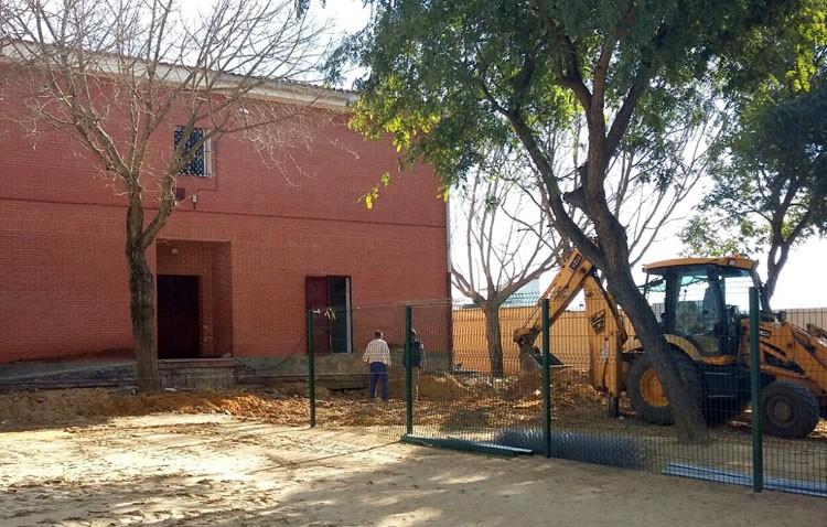 Mejoras en el patio del colegio La Fontanilla cerrado al uso tras la polémica por la supuesta existencia de pulgas