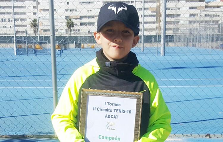 El joven utrerano David Adame, campeón del «Circuito de Tennis-10»