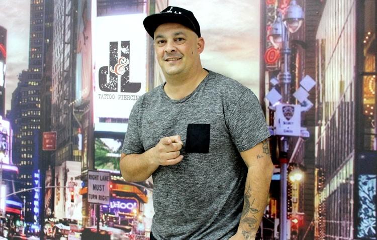 El utrerano Diego Fernández Castillo, el tatuador de los famosos
