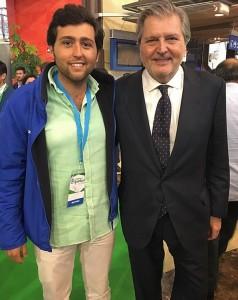 El presidente de Nuevas Generaciones de Utrera, junto al ministro de Educación