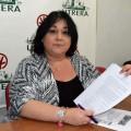 La portavoz andalucista mostró el escrito presentado ante el fiscal anticorrupción