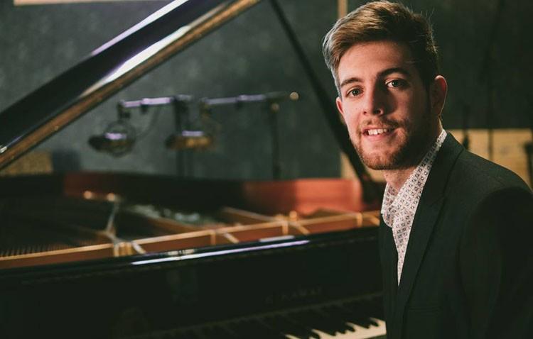 El pianista utrerano Andrés Barrios ofrecerá un espectáculo en el teatro con la colaboración especial de Manuel Lombo