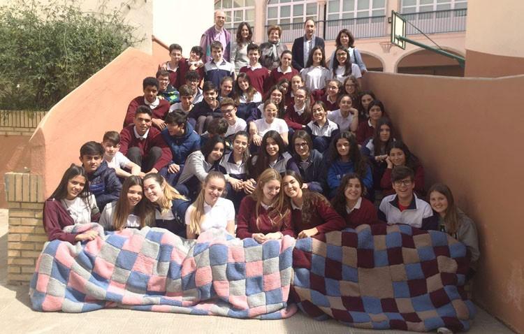 Los alumnos del colegio Sagrada Familia «tejen» solidaridad para los más necesitados de Utrera