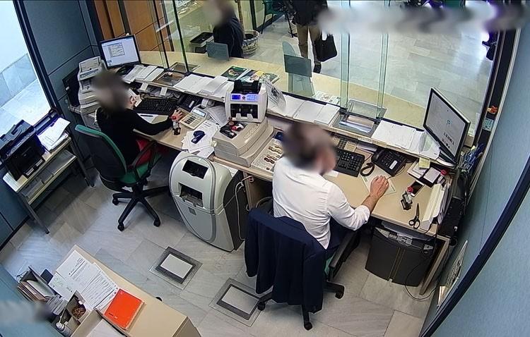 Detenidos dos jóvenes por falsificar y cobrar 7.000 euros en dos cheques de una empresa de Utrera