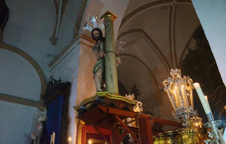 Rezos, música y saeta en los Aceituneros para entronizar al Señor Atado a la Columna (GALERÍA)