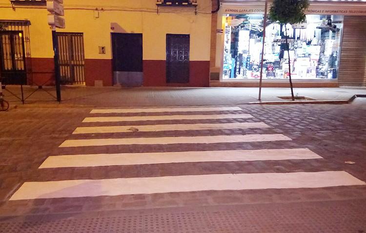 La pintura llega a pasos de peatones en seis barriadas de Utrera